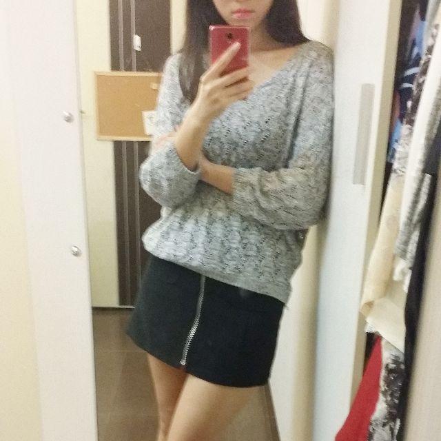 淺花灰色 大V領露肩寬鬆針織衫