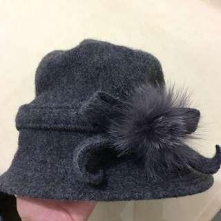 灰色絨球蝴蝶結毛帽