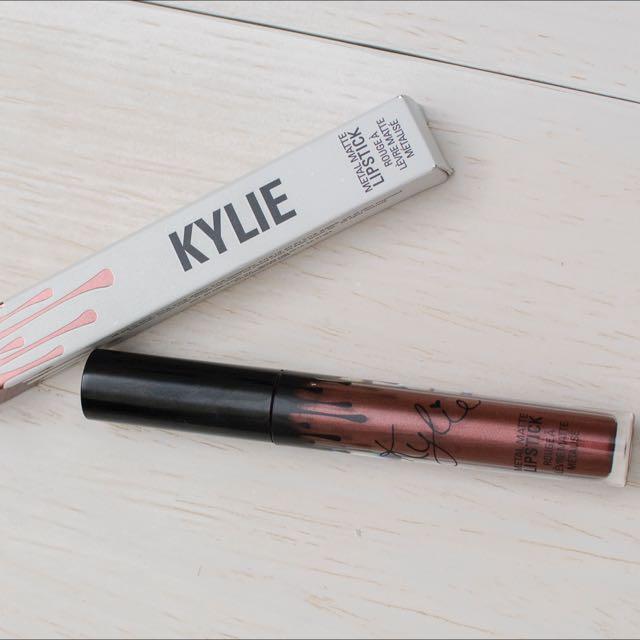 Kylie Metal Lipstick - colour : Reign is a deep metallic copper.