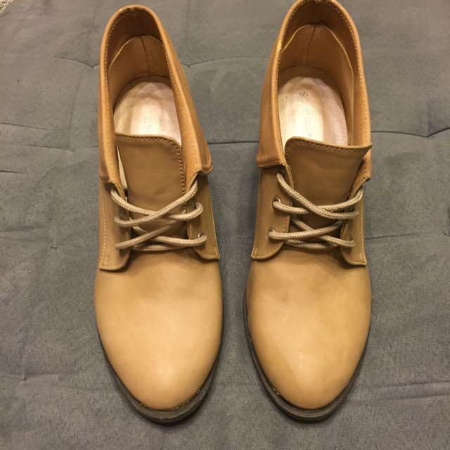 棕色高跟鞋