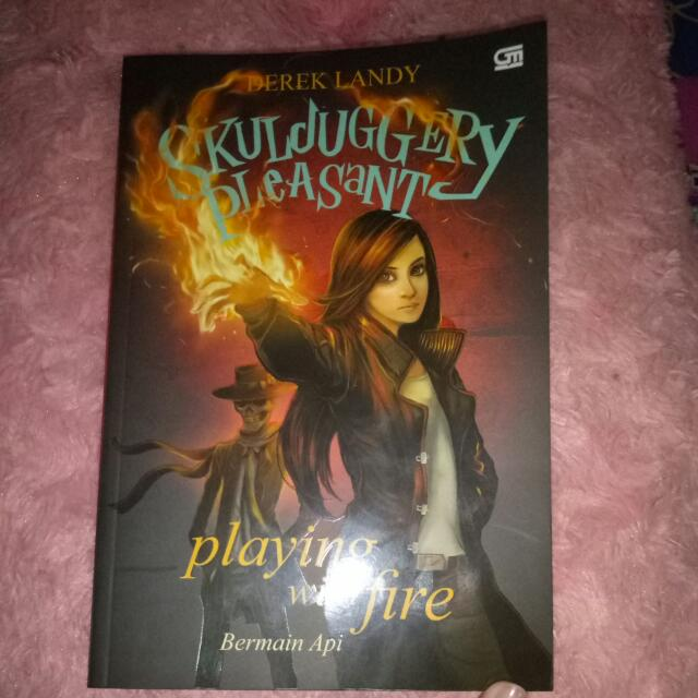 Novel Skulduggery Pleasant ( Bermain Api )