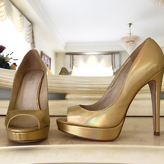 NEW Aldo Gold Leather Pumps (size 8)