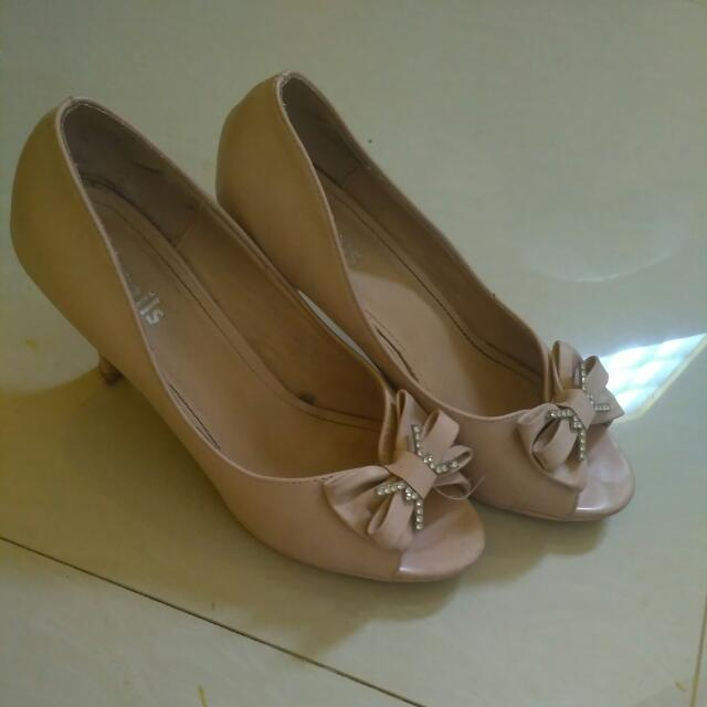 pink shoes detail no 39