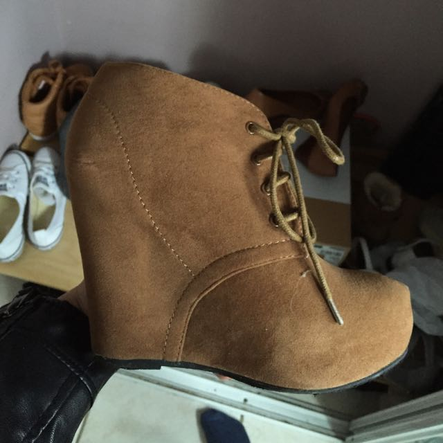 SIZE 6 - TAN WEDGES