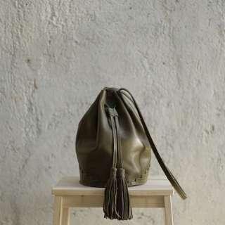Straw The Label Ali Bucket Bag in Olive