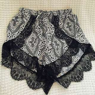 Patterned high waist Shorts with Lace Detail