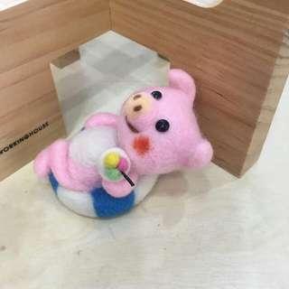 豬小美泳池旁渡假中(羊毛氈) 手機塞吊飾 螢幕擦 鑰匙圈 項鍊 擺飾