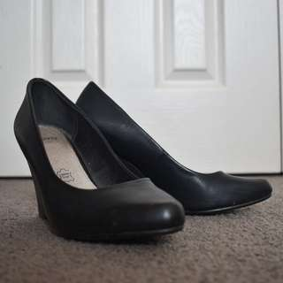 NOVO Sz5 Black wedge heels