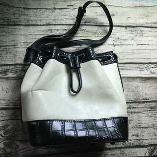 HK品牌 mizzue 黑白水桶包