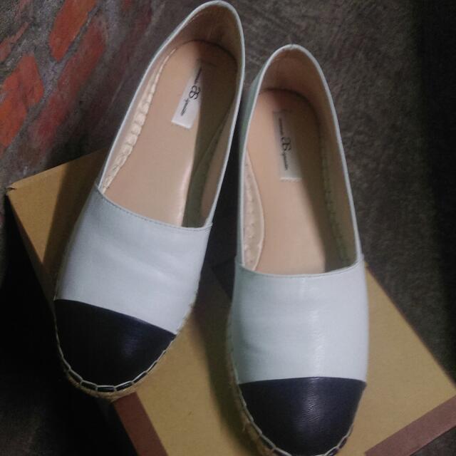 旋轉購入,全新,專櫃品牌,25_25.5公分可穿,正確顏色為藍白拼接。因平常都穿有跟鞋,休閒鞋有點不習慣。基本上還不錯看,鞋內部還蠻舒適,不卡腳。