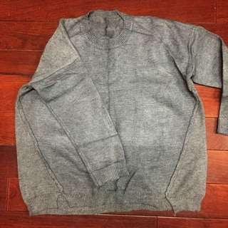 深灰色針織上衣