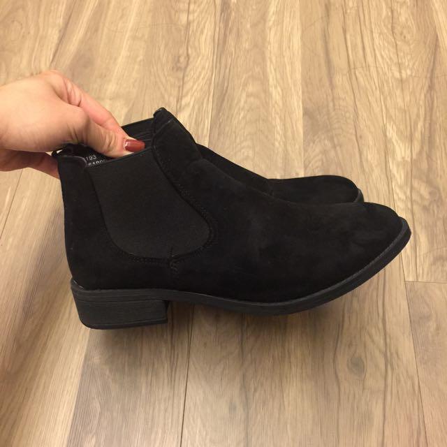 黑色麂皮裸靴