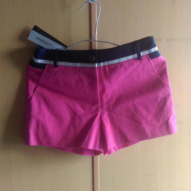 全新,短褲m號約25,26腰。材質屬微伸縮棉有點厚度,有挺度,隨便搭,都好看,青春無敵,只賣150。