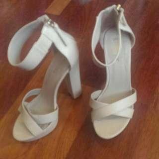 Size 8/8.5 Lipstik Brand Creme Heels