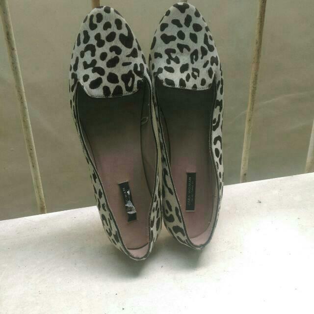 旋轉購入,合腳長25_25.5可穿,因本人腳版寬不適合此款,應屬秀氣腳型穿著適當。300含運。正確顏色為米白色咖啡豹點。