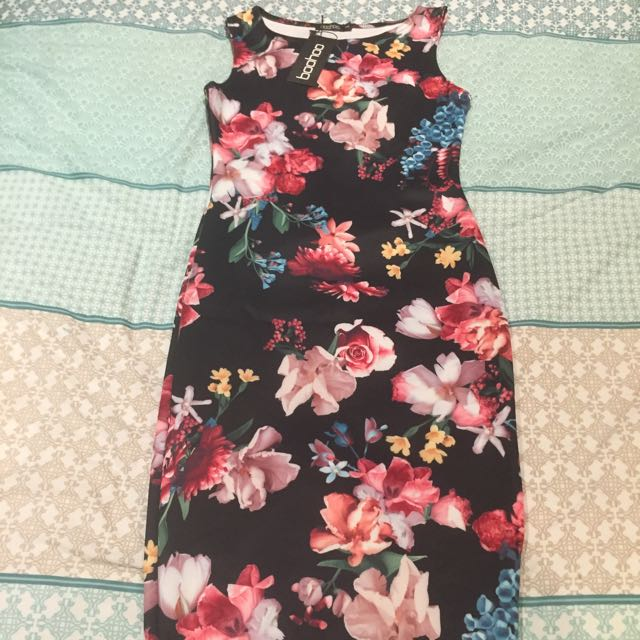Size S Slim Fitting Floral Dress. Past The Kneww