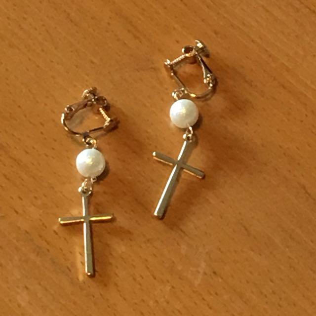 [免運][百元飾品]珍珠十字架 夾式耳環 金色