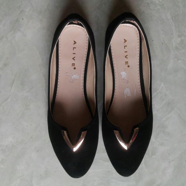 Alive Black Flat Shoes