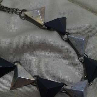 PRELOVED AKSESORIS KOREA GELANG : BLACK AND GOLD TRIANGLW