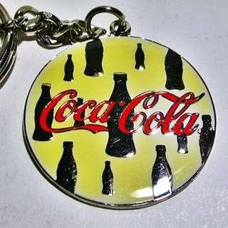 L皮商旋.(企業寶寶玩偶娃娃)全新附袋1998年發行可口可樂(Coca Cola)曲線瓶吊飾!--距今已有19年歷史值得擁有!/黑箱59/-P