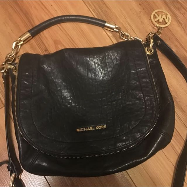 Authentic Michael Kors Bag Gently Used In Pristine Condition. Leather Is Not Scratched Looks Brand New