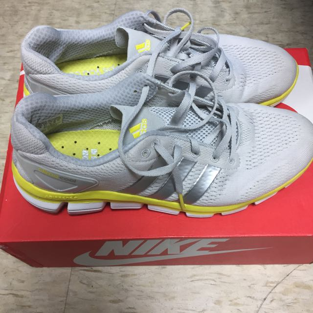 US10 adidas 跑鞋