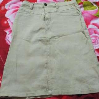 rok pendek warna krem