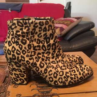Stylish Women's Sz 10 Leopard Print Boots