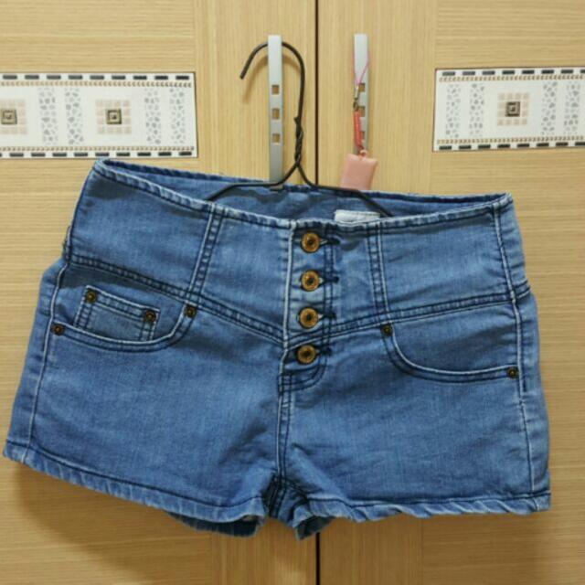 高腰排釦牛仔短褲