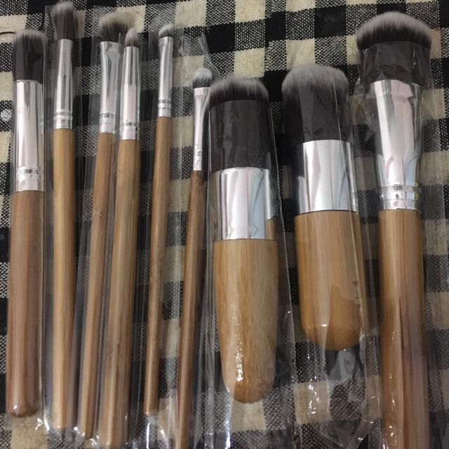 Wooden Base Makeup Brushes