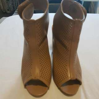Ladies Block Heel In Preformed Tan.