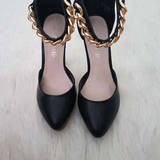ALSO Black Pumps With Gold Chain
