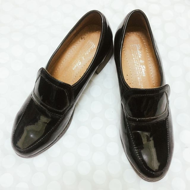 黑色漆皮跟鞋