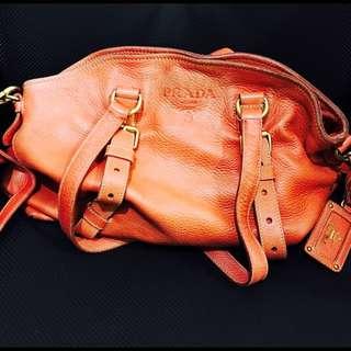 [降價20%]Prada 別緻造型愛馬仕橘肩背側背兩用小牛皮包!原價五萬多!大容量,可裝A4跟筆電。免運