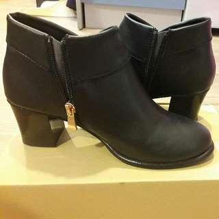 黑色拉鍊踝靴