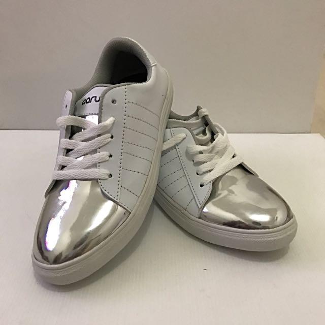 White Sneakers / Sneakers Putih / Sepatu Putih