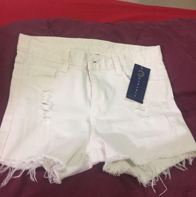 celana pendek putih