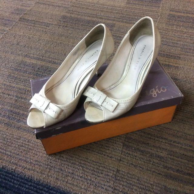 Sepatu Charles & Keith Putih
