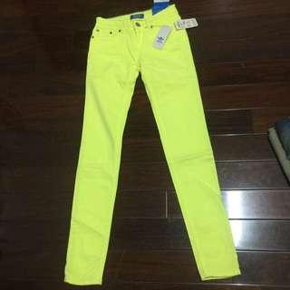 愛迪達。  亮黃。彈性褲。