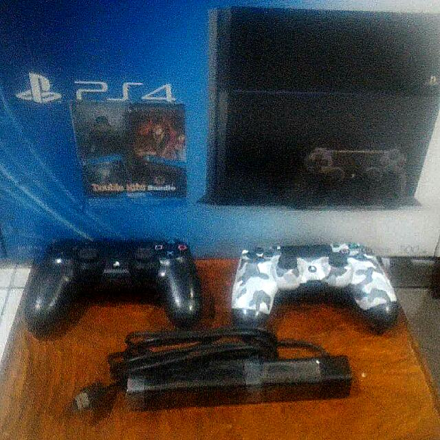 PS4 Jet Black 500GB CUH-1106 with 2 controllers and a Playstation Camera