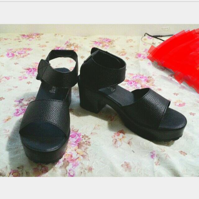 黑色厚底涼鞋