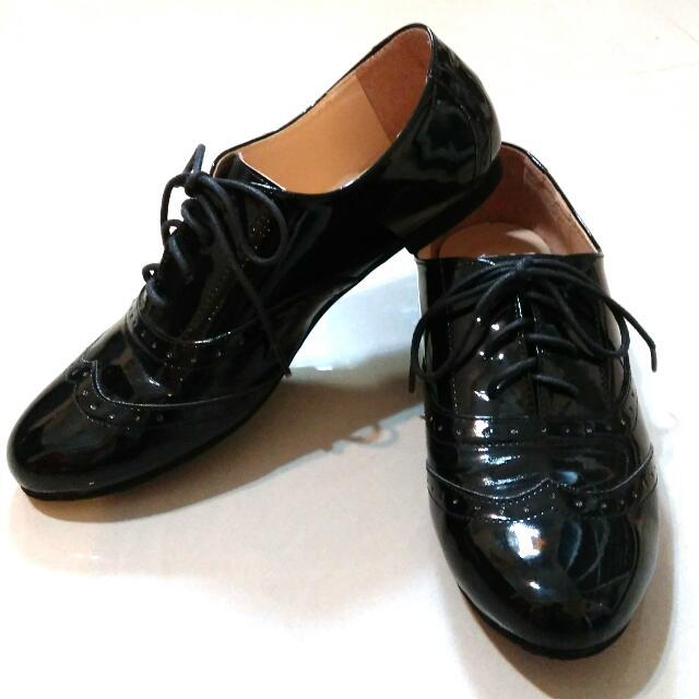 黑色漆亮皮牛津鞋