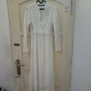 """Dress Bruket Panjang Warna Putih Mote""""di Bagian Atasnya"""