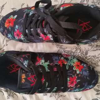 REDUCED New YRU Flash tropical size 8