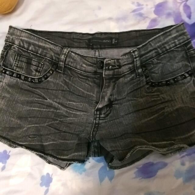 黑色鉚釘牛仔短褲