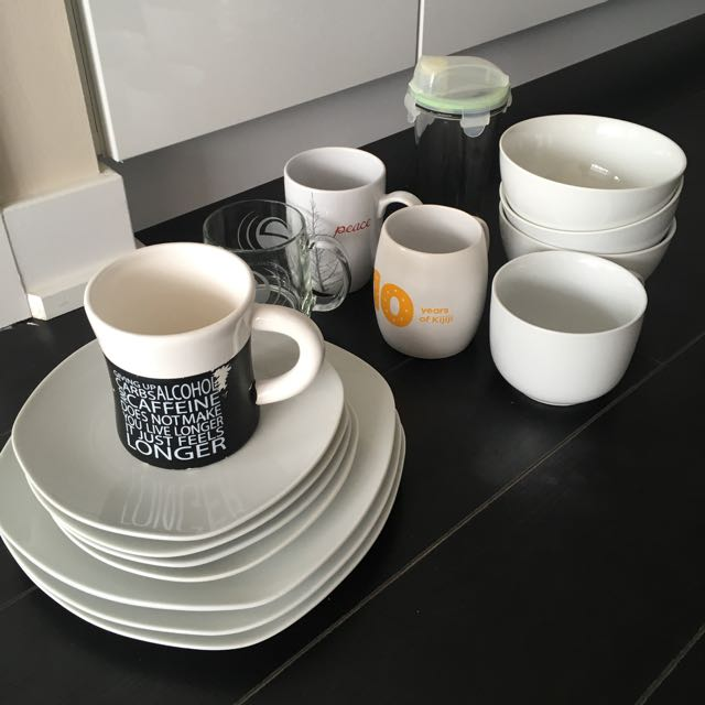 Dishes set for 3-4 people, 5 mugs