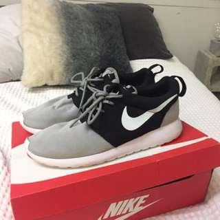 Nike Roshes Size 9