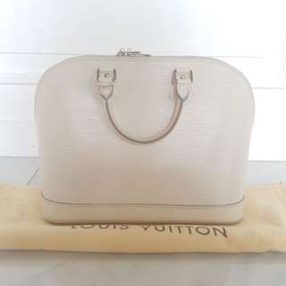 Pre ❤️• LV ALMA GM epileather white. 2011 Bag and db only