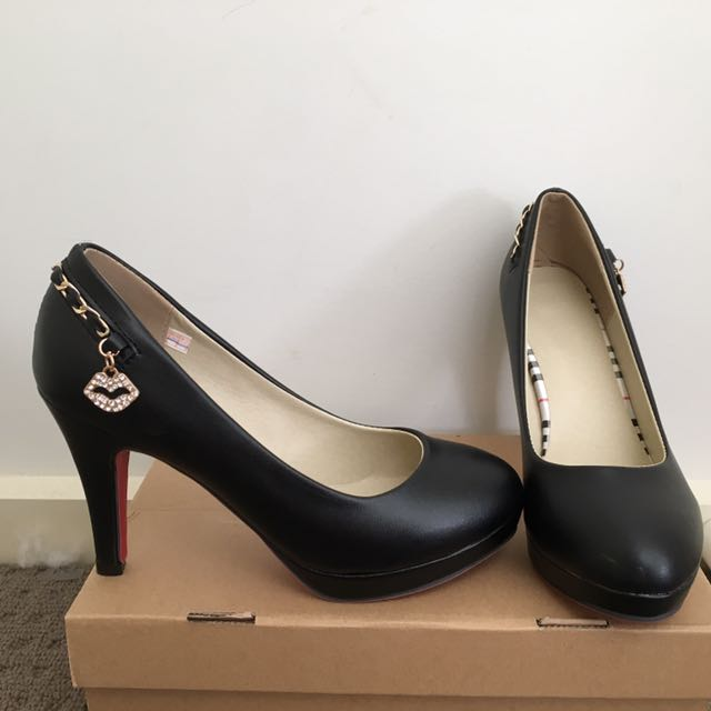 Black Pump Shoes With Charm And Chain Details