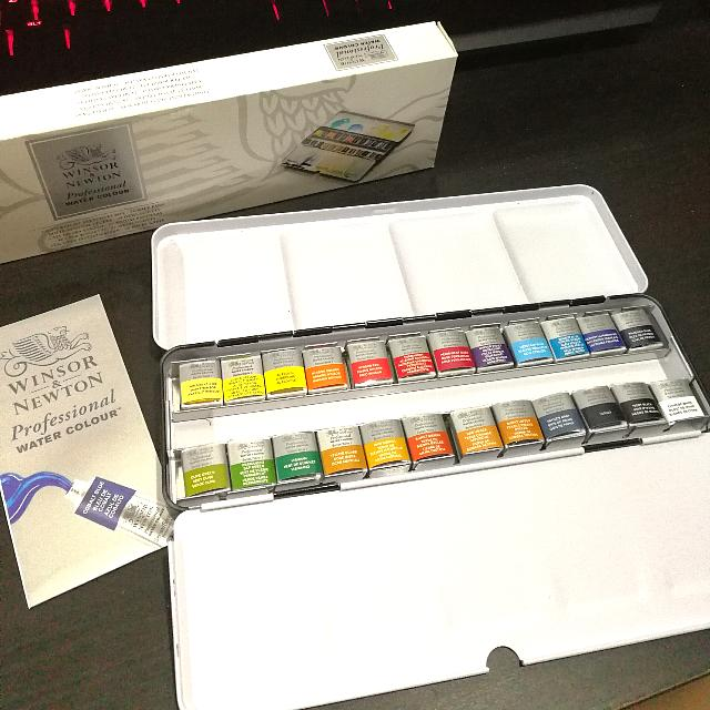 Winsor & Newton Professional Lightweight Sketchers Box 24 Half Pans